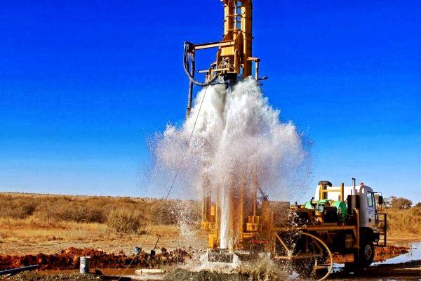 Kuyu temizlik (su kuyusu temizliği) işlemi su kuyusu ömrünü uzatır, dalgıç tulumba (dalgıç pompa) nın ömrünü uzatır. <br>   *Kuyu içine giren su miktarını arttırır. <br> *Su Kuyusu içindeki bakterileri temizler. <br> *Kuyu cidarında bulunan oksitlenmiş maddeleri dışa atar. <br> *Pompanın çektigi kum miktarını düşürür ve dalgıç pompanın fanlarında aşındırıcı etkiyi azaltarak dalgıç tulumba ömrünü uzar. <br> *Kuyu temizlik işlemi kuyuya fazla kum dolmasını engeller ve su kuyusu çökmesi olasılığını azaltır. <br> *Kuyunun tabanında oluşan dolguyu temizler.  <p>  KUYU BAKIMI VE KUYU TEMİZLİĞİ: <br> Sondaj kuyuları jeolojik yapıya bağlı olarak (kil-silt oranının yüksek oluşu vb.) temizlenmeye ihtiyaç duyarlar. Kuyu temizliğinde en çok kullanılan yöntem yüksek basınçlı ve debili kompresör vasıtasıyla kuyunun temizlenmesidir.   <br> Temizlik öncesi kuyuda mevcut dalgıç pompa çıkarılır. Kuyuya pompasız olarak borular yeniden indirilir. Yukarıdan kademeli olarak kompresör ile hava verilir (ani olarak hava verilmemelidir.) Kuyudan temiz su gelinceye kadar kuyuya hava verilmeye devam edilmelidir (kuyuda su var ise). Temizlik işlemi sonunda kuyu eski temizliğine ve debisine ulaşır. Ancak yeraltı su seviyesinin zaman içinde düşmesine bağlı olarak temizlik işleminden verim alınamadığı durumlarda olabilmektedir.  <br>  Kuyu ile akifer formasyon arasında tam bir bağlantı kurmak, kuyudan mümkün olan en yüksek verimin elde edilmesini sağlamak, formasyondaki ince kum, silt ve kili temizleyerek pompanın kuyudan su çekmesini önlemek amacıyla yapılan işlemlere inkişaf denir. Kuyunun yıkanması ile kuyu duvarını sıvayan ve akifer formasyonun gözeneklerini tıkayan sondaj çamuru, yıkama ile kuyudan atılır ve formasyondan kuyuya su gelmeye başlar. Yıkama su ile yapılır. Kuyu tabanına indirilen yıkama takımından pompa ile su basılır. Yıkama takımı aşağı doğru tüm filtre boyunca hareket ettirilir ve kuyudan berrak su gelene kadar bu işleme devam edilir. Kuyunun yıkanması bitip akiferden su gelme