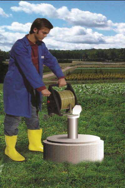 Su kuyularında suyun seviyesinin saptanmasında kullanılır <p> Kuyumetre(Elektrik Kontak Metre)  <p>  Su sevyise/Toplam derinlik ölçümü <p> Elektrik kontak metreler portatif,kullanımı çabuk ve kolaydır. <p> Sondaj kuyularında,yeraltı su borularında,rezervuarlarda,göllerde ve pompa tecrübelerinde <p> yeraltı su seviyesi ve toplam derinlik ölçümlerinde kullanılır. <p> Çalışma Prensibi <p> Cihazın probe içindeki elektronik uç; su yüzeyine temas ettiğinde, kuyumetre sesli ve ışıklı ikaz verir.Su seviyesi taksimatlı ölçüm kablosu üzerinden metre(m) ve santimetre(cm) olarak okunur.