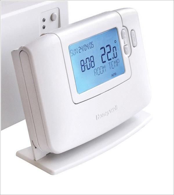İnce ve modern stil <P> İki yollu 868 Mhz radyo frekansı ile konutta 30m kadar kablosuz iletişim (sadece CMT727) <P> Geniş LCD ekran ile kolay okuma <P> Hassas kontrol sağlayan P+I özelliği <P> 2x1.5V AA Pil ve 2 yıl pil ömrü <P> Yedi gün programlı <P> CM707 modelinde günlük 6, CMT727 modelinde günlük 4 farklı sıcaklık seviyesi <P> Elektrik kesilmesinde parametre hafızasını sağlayan özellik